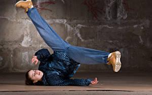 Bilder Braune Haare Tanzen Bein Starren Mädchens