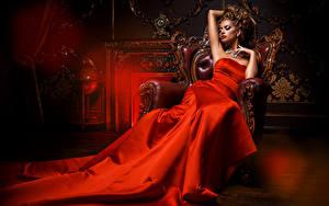 Fonds d'écran Aux cheveux bruns Les robes Fauteuil Rouge Chère jeune femme