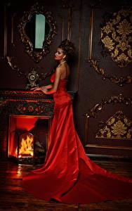 Fonds d'écran Aux cheveux bruns Les robes Rouge Cheminée jeune femme