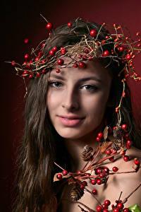 Bakgrunnsbilder Brunt hår kvinne Ser Smil Håret Grener ung kvinne Unge_kvinner