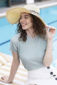 Fotos Braune Haare Starren Lächeln Der Hut Hand junge frau