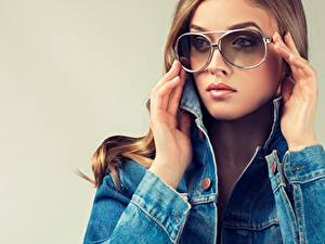 Desktop hintergrundbilder Braune Haare Brille Blick Hand Make Up Mädchens