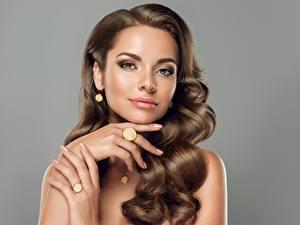 Fotos Braune Haare Haar Blick Hand Make Up Maniküre Grauer Hintergrund Mädchens