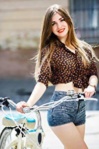 Bilder Braune Haare Haar Lächeln Rote Lippen Blick Shorts Posiert Mädchens