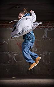 Desktop hintergrundbilder Braunhaarige Sprung Tanzen Jacke junge frau