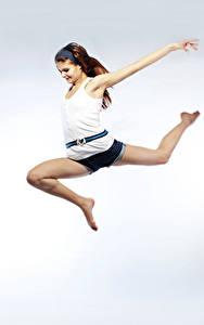 Fotos Braune Haare Sprung Unterhemd Bein Lächeln Mädchens