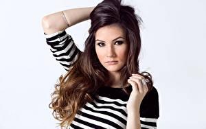 Fotos Braune Haare Schminke Haar Hand Starren Grauer Hintergrund junge frau