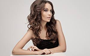 Bureaubladachtergronden Bruin haar vrouw Model Mooi Make up Haar Grijze achtergrond Jonge_vrouwen