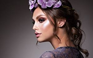 Bureaubladachtergronden Bruin haar vrouw Model Mooie Make up Krans Gezicht jonge vrouw