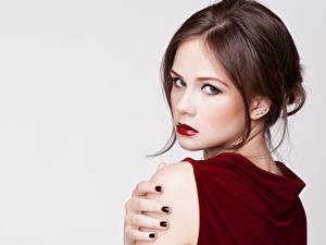 Fotos Braune Haare Model Frisuren Make Up Blick Grauer Hintergrund Mädchens