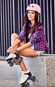 Bilder Braunhaarige Rollschuh Helm Lächeln junge Frauen Sport