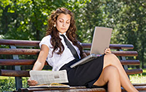 Hintergrundbilder Braunhaarige Sitzend Notebook Bank (Möbel) Bein Rock Mädchens