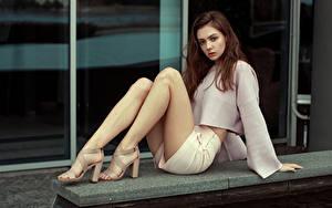 Bilder Braunhaarige Sitzend Shorts Bein Stöckelschuh junge frau