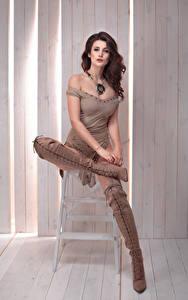 Hintergrundbilder Braune Haare Sitzend Stiefel junge Frauen