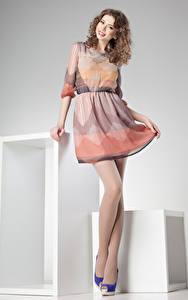 Hintergrundbilder Braunhaarige Lächeln Kleid