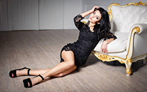 Hintergrundbilder Brünette Sessel Kleid Bein Stöckelschuh Schön