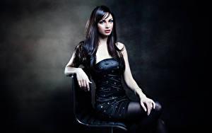 Bilder Brünette Kleid Blick Hand Sitzend junge Frauen