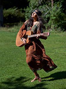 Fotos Brünette Kleid Gitarre