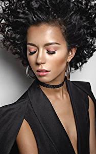 Bilder Brünette Gesicht Ohrring Make Up junge frau