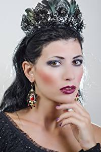 Hintergrundbilder Brünette Starren Hand Make Up Ohrring junge Frauen