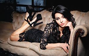 Fonds d'écran Cheveux noirs Fille Regard fixé Talon aiguille Les robes Sofa jeune femme