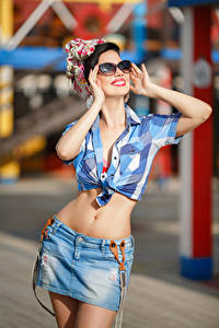 Fotos Brünette Brille Bauch Hand Lächeln Rock Mädchens