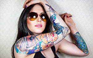 Fotos Brünette Brille Hand Tätowierung junge frau