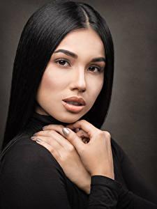 Fotos Brünette Hand Schminke Starren Model Gesicht Mädchens