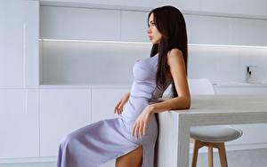Fotos Brünette Seitlich Kleid Pose Hand junge frau