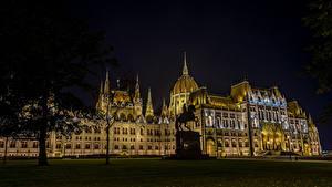 Bilder Budapest Ungarn Gebäude Denkmal Design Rasen Nacht Platz Kossuth Square