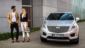Fotos Cadillac Mann Handtasche Silber Farbe Vorne Brille Blond Mädchen 2 Softroader XT5, EU-spec, 2016 automobil Mädchens