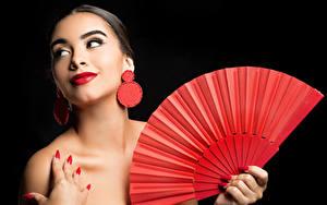 Fotos Schwarzer Hintergrund Ohrring Maniküre Schminke Rote Lippen Fächer Camila junge frau
