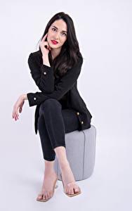 Fotos Brünette Sitzend Pose Sakko Starren Camille Blais junge Frauen