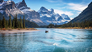 Hintergrundbilder Kanada Berg See Boot Parks Landschaftsfotografie Bäume Jasper park Lake Maligne, Alberta
