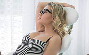 Bilder Blondine Brille Ruhen Schläft Candice Brielle