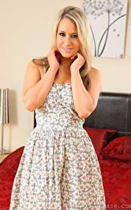 Bilder Candice Collyer Blondine Starren Hand Lächeln Kleid junge frau