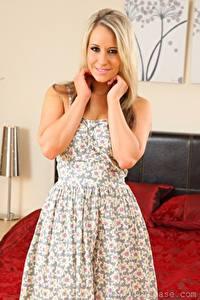 Bilder Candice Collyer Blondine Starren Hand Lächeln Kleid