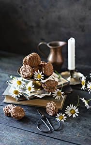Desktop hintergrundbilder Kerzen Kekse Kamillen Bretter Lebensmittel
