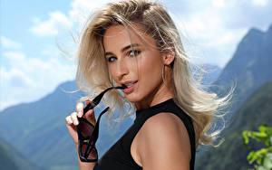 Fotos Cara Mell Blond Mädchen Gesicht Haar Starren Brille junge frau