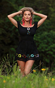 Hintergrundbilder Cara Mell Blond Mädchen Posiert Hand Kleid Blick junge frau