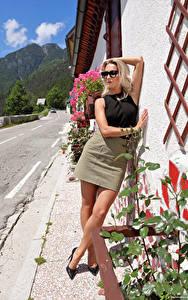 Bilder Cara Mell Blond Mädchen Pose Bein Rock Brille junge frau