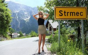 Hintergrundbilder Cara Mell Blondine Pose Bein Rock Unterhemd Brille Starren junge frau
