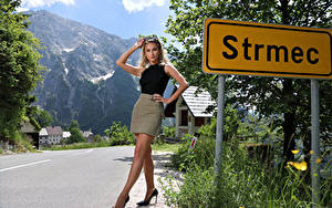 Bilder Cara Mell Blond Mädchen Posiert Bein Rock Unterhemd Blick