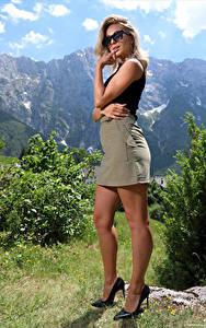 Fotos Cara Mell Blondine Posiert Bein Stöckelschuh Rock Hand Brille Blick junge frau