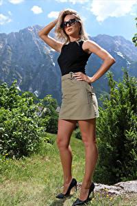Bilder Cara Mell Blondine Posiert Bein Stöckelschuh Rock Unterhemd Brille Hand Starren junge frau
