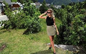 Bilder Cara Mell Blondine Posiert Rock Bein Brille Unterhemd Starren junge frau