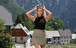 Hintergrundbilder Cara Mell Blondine Posiert Rock Unterhemd Lächeln Blick Mädchens