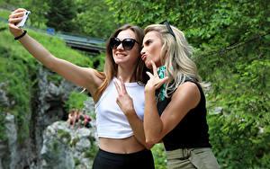 Bilder Cara Mell Finger Gestik Selfie Blondine 2 Smartphones Brille Stefani junge frau