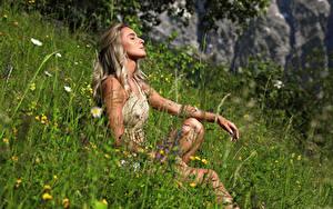Fotos Cara Mell Gras Sitzend Blondine Mädchens