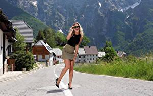 Fotos Cara Mell Wege Posiert Brille Bein Stöckelschuh Rock Lachen Mädchens